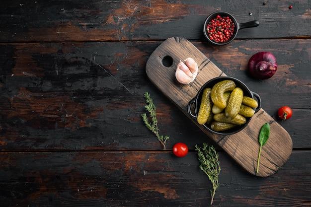 Conservas caseras. pepinos marinados pepinillos