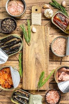 Conservas de latas abiertas con paparda, salmón, espadines, sardinas, calamares y atún
