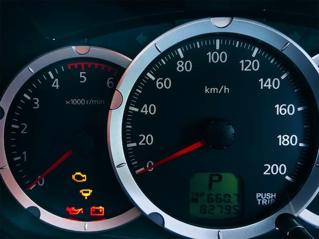 Consola de coche de primer plano con sistema de unidad métrica velocímetro