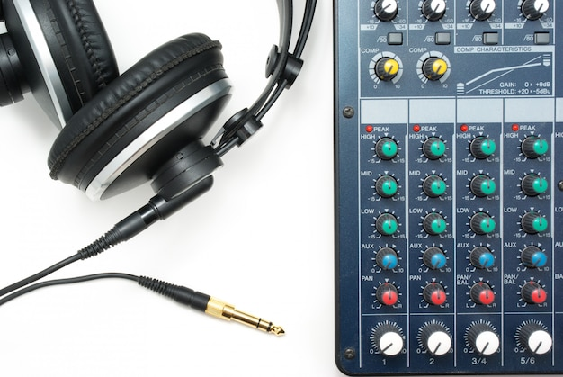 Consola mezcladora y auriculares.