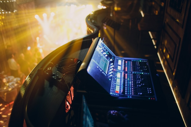 Consola de mezclas, ecualización manual de canales de sonido de audio en un club nocturno