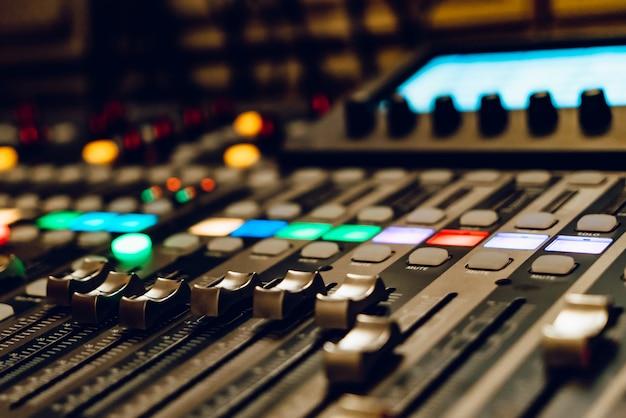 Una consola de mezclas profesional para conciertos.