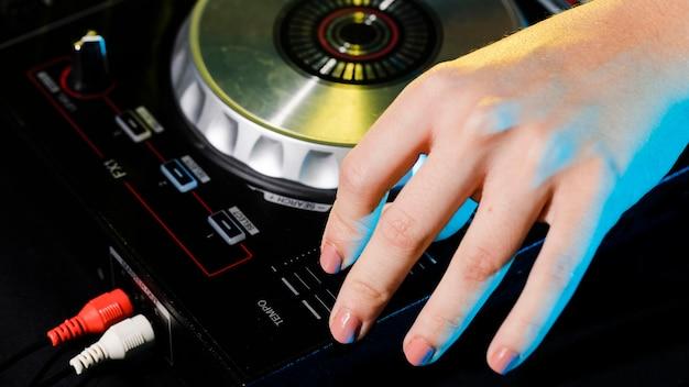 Consola de mezclas profesional dj de alto ángulo