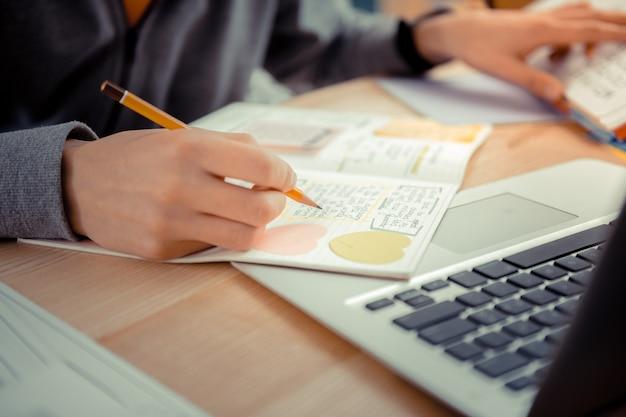 Conspecting. un estudiante escribiendo algunas notas en una videoconferencia.