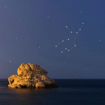 Constelación de virgo en una hermosa noche estrellada