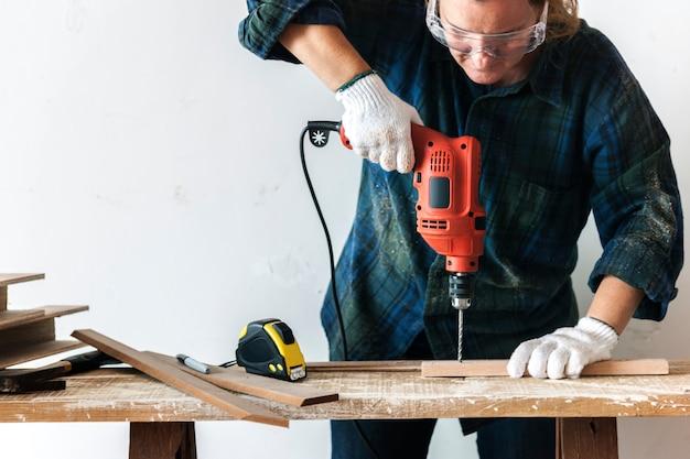 Constractor manitas trabajando y usando destornillador