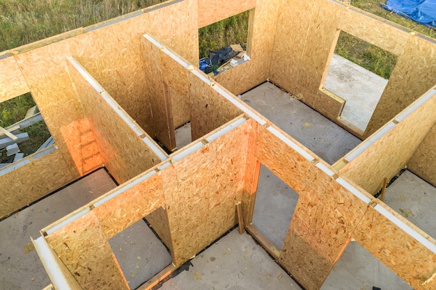 Construcción de una casa modular nueva y moderna con paredes hechas de paneles de sorbos de madera compuestos con aislamiento de espuma de poliestireno en el interior.