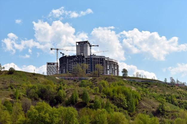 Construcción de un complejo de apartamentos en una colina.