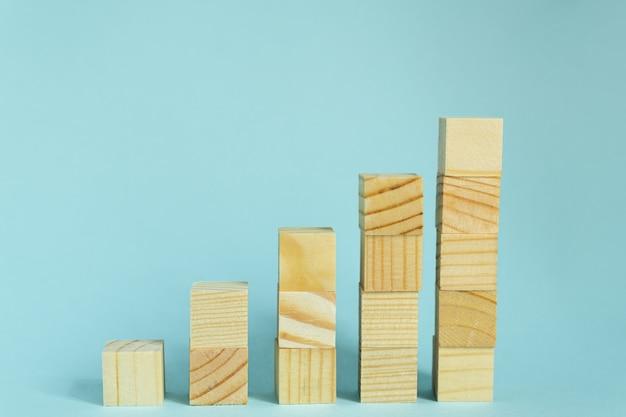 Construcción de cubos de madera sobre fondo azul con espacio de copia. composición de la maqueta para el diseño