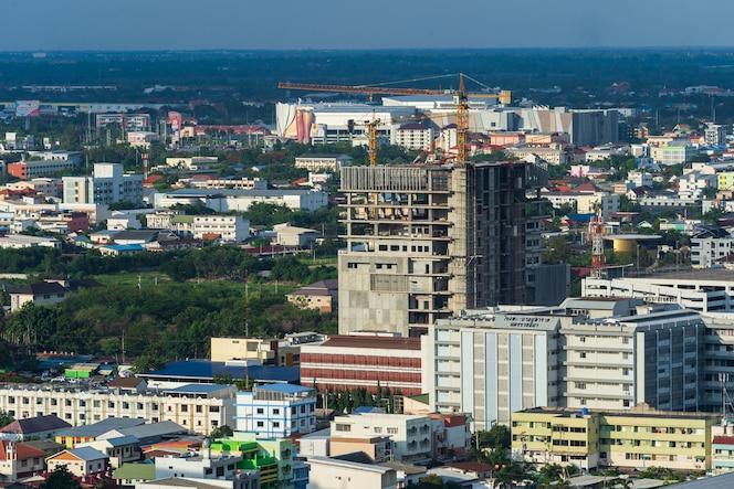 Construcción de edificio en la ciudad de nakhon ratchasima o korat, tailandia