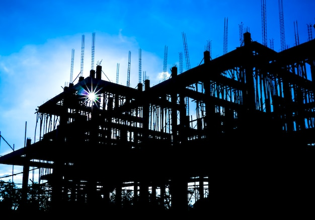 Construcción de edificios y fondo de cielo azul.