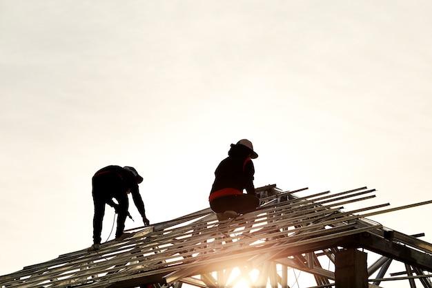 Construcción de dos hombres trabajando