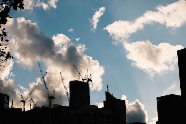 Construcción de edificio en la ciudad y el cielo