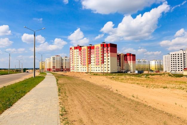 Construcción del edificio una plataforma sobre la que construir una casa residencial de varios pisos.