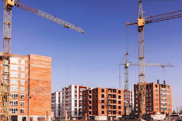 Construcción de edificios de varios pisos con grúas torre