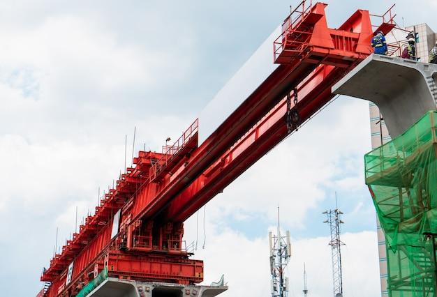 Construcción de estructura de hormigón ferroviaria utilizando truss launcher, skytrain construction in progress