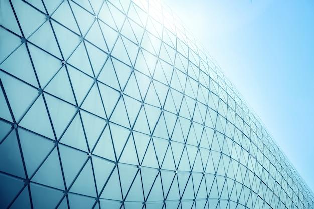 Construcción de estructuras de geometría triangular de aluminio en fachada de arquitectura urbana moderna