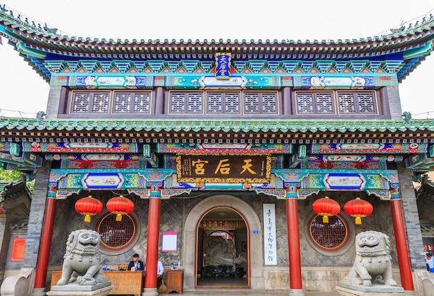 Construcción de hito vidrio templo chino al aire libre