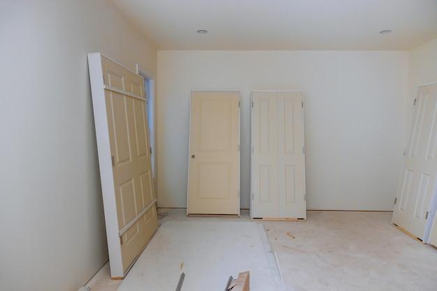 Construcción interior de proyecto de vivienda con puerta y moldura instalada