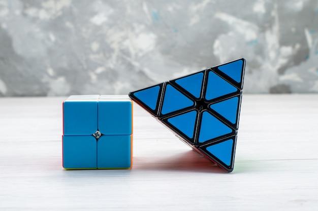 Construcción de juguetes coloridos diseñados en forma de triángulo de color azul en la luz