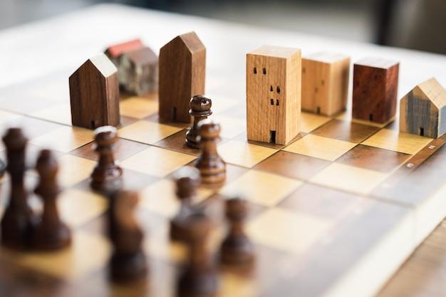 Construcción y maquetas de casas en ajedrez.