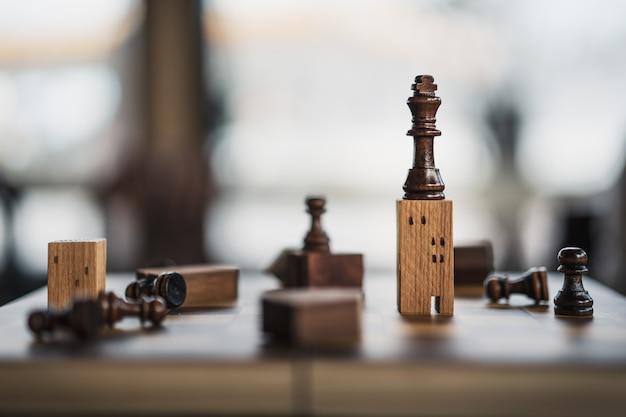 Construcción y maquetas en juego de ajedrez, negocios financieros.