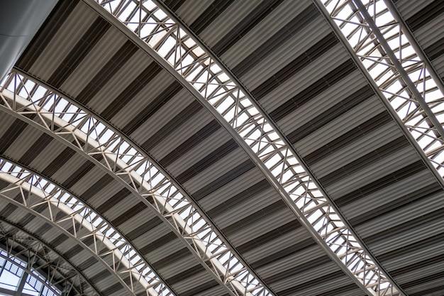 Construcción moderna de techo metálico curvado.