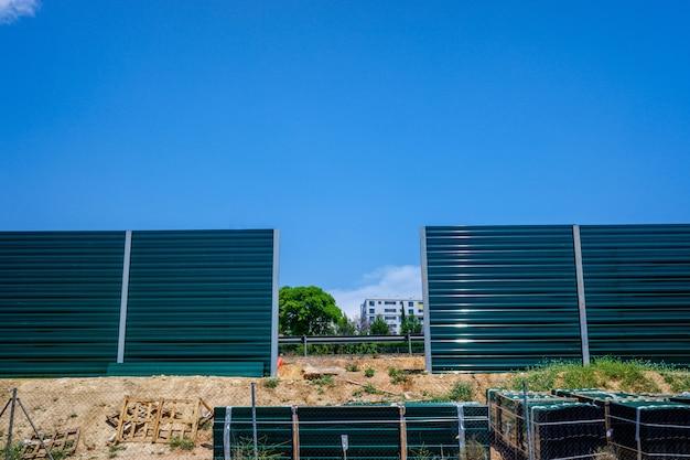 Construcción de un muro fronterizo alto para prevenir la inmigración ilegal.