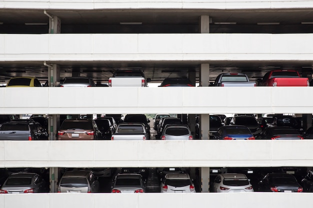 Construcción de niveles de cubierta de estacionamiento y filas en edificio alto en la ciudad