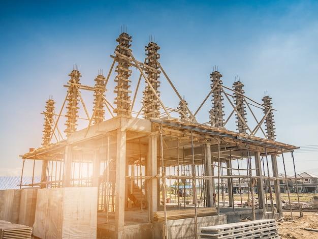 Construcción de nueva casa residencial en curso en el sitio de construcción