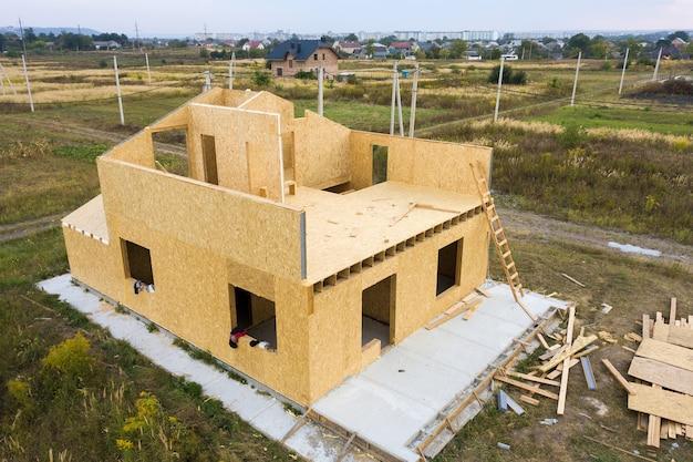 Construcción de nueva y moderna casa modular. paredes hechas de paneles sip de madera compuesta con aislamiento de espuma de poliestireno en el interior. construcción de un nuevo marco de concepto de hogar energéticamente eficiente.