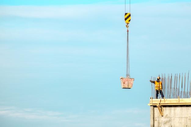 Construcción. paisaje urbano. cielo azul