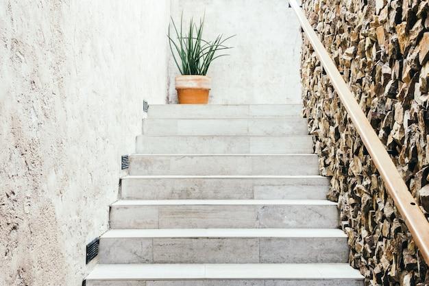 La construcción por una pared de granito moderna
