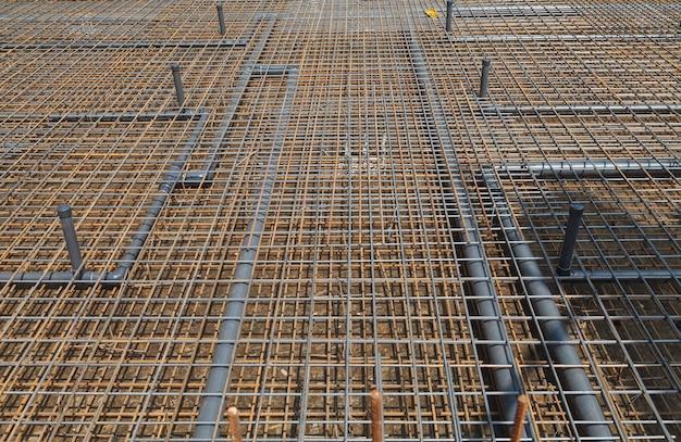 Construcción de una piscina, instalación de accesorios e instalación de tuberías de plástico.