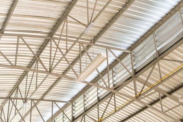 Construcción de techos metálicos de complejo de edificios modernos