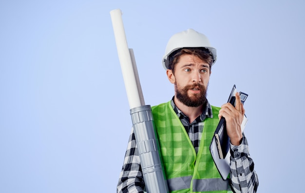 Constructor barbudo casco blanco planos trabajo ingeniero profesional