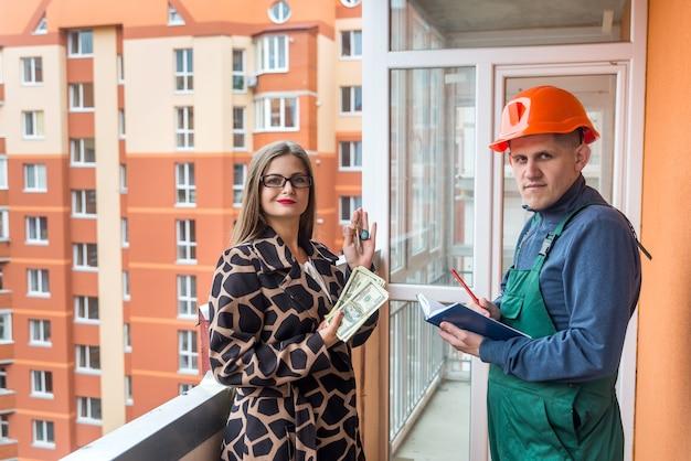 Constructor con bloc de notas y mujer con manojo de dólares y llaves