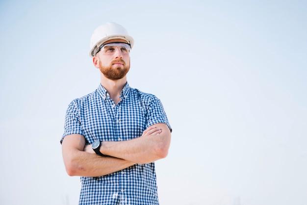 Constructor con los brazos cruzados