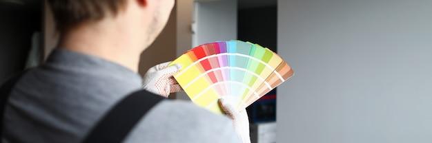 Constructor en casco tiene paleta de colores cerca de la pared