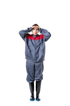 Constructor femenino de vista frontal en uniforme en la pared blanca