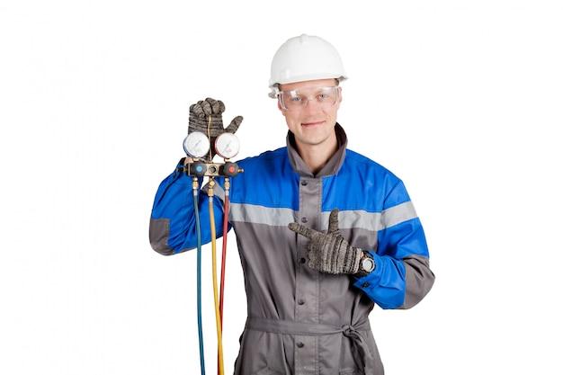 Constructor, instalador de ventilación con herramientas en manos.