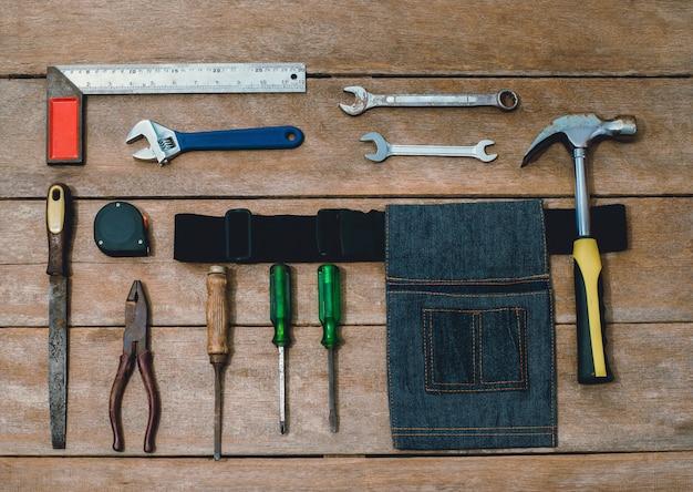 Constructor de instrumentos antiguos o renovación para construir y reparar casa sobre fondo de madera