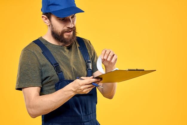 Constructor masculino en constructor especial de ropa y reparación de llamadas