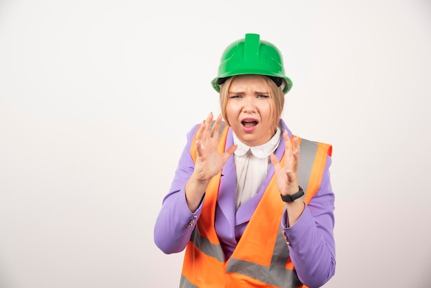 Constructor de mujer en casco sobre fondo blanco. foto de alta calidad