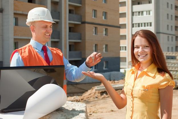 El constructor le presenta las llaves a la niña