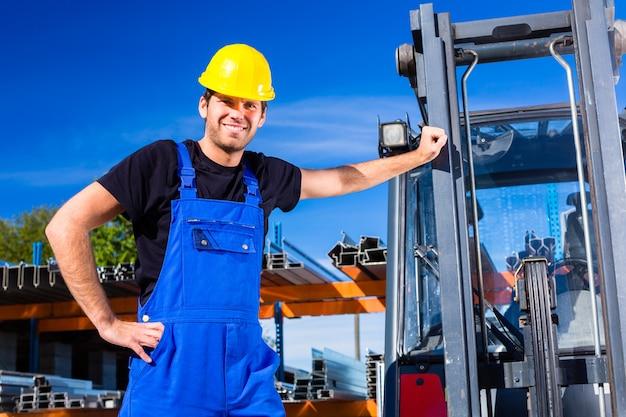 Constructor con transpaletas de sitio o carretilla elevadora.