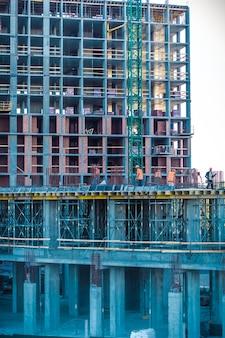 Los constructores están trabajando en el sitio de construcción.