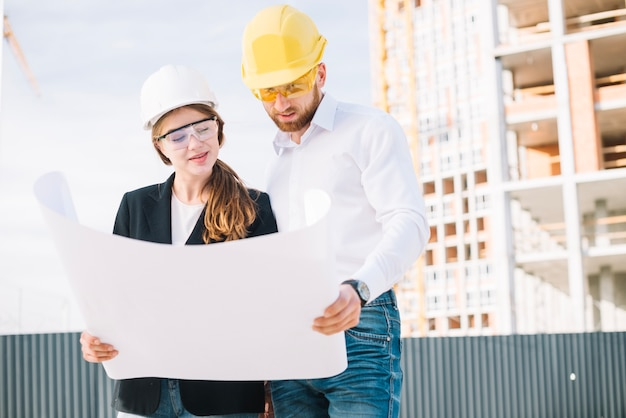 Constructores mirando borradores