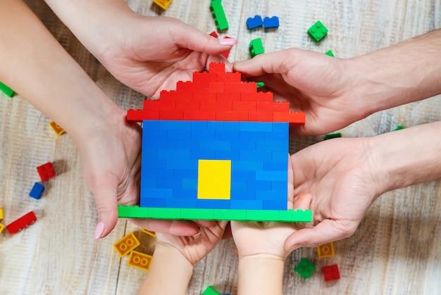 Construye una casa de diseño lego. fondo selectivo.