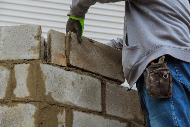 Construyendo una pared de bloques de cemento para una casa.